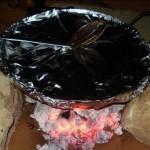 تغطية الصاج بورق القصدير وترك الدجاج لينضج