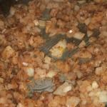 عمل خليط البصل والبهارات لوضعه على وجة الطبق عند التقديم