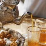 صب اكواب الشاي الساخنة