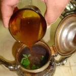 تصفية الشاي ووضعه في ابريق التقديم
