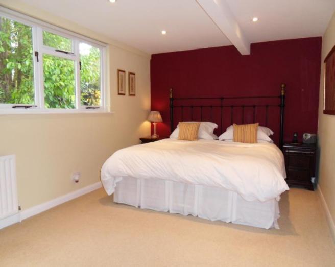 ارضية باللون البيج بغرفة نوم عنابي وبيج | المرسال