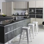 كراسي باللون الابيض بمطبخ لون رمادي  - 152870