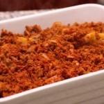 اضافة طبقة اللحم المفروم فوق طبقة البطاطس
