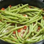 اللوبيا الخضراء وتقطع الطماطم عليها