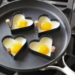 البيض المقلي بقوالب جاهزة على شكل قلب