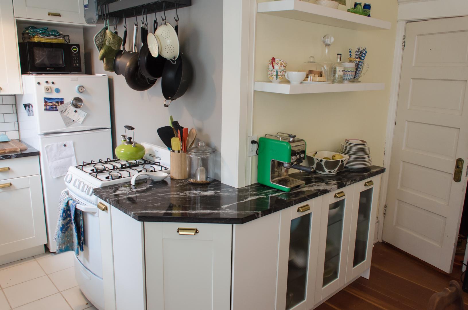 دواليب زاوية بمطبخ شقق صغيرة