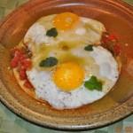 البيض العيون مع الطماطم ومفرم البقدونس