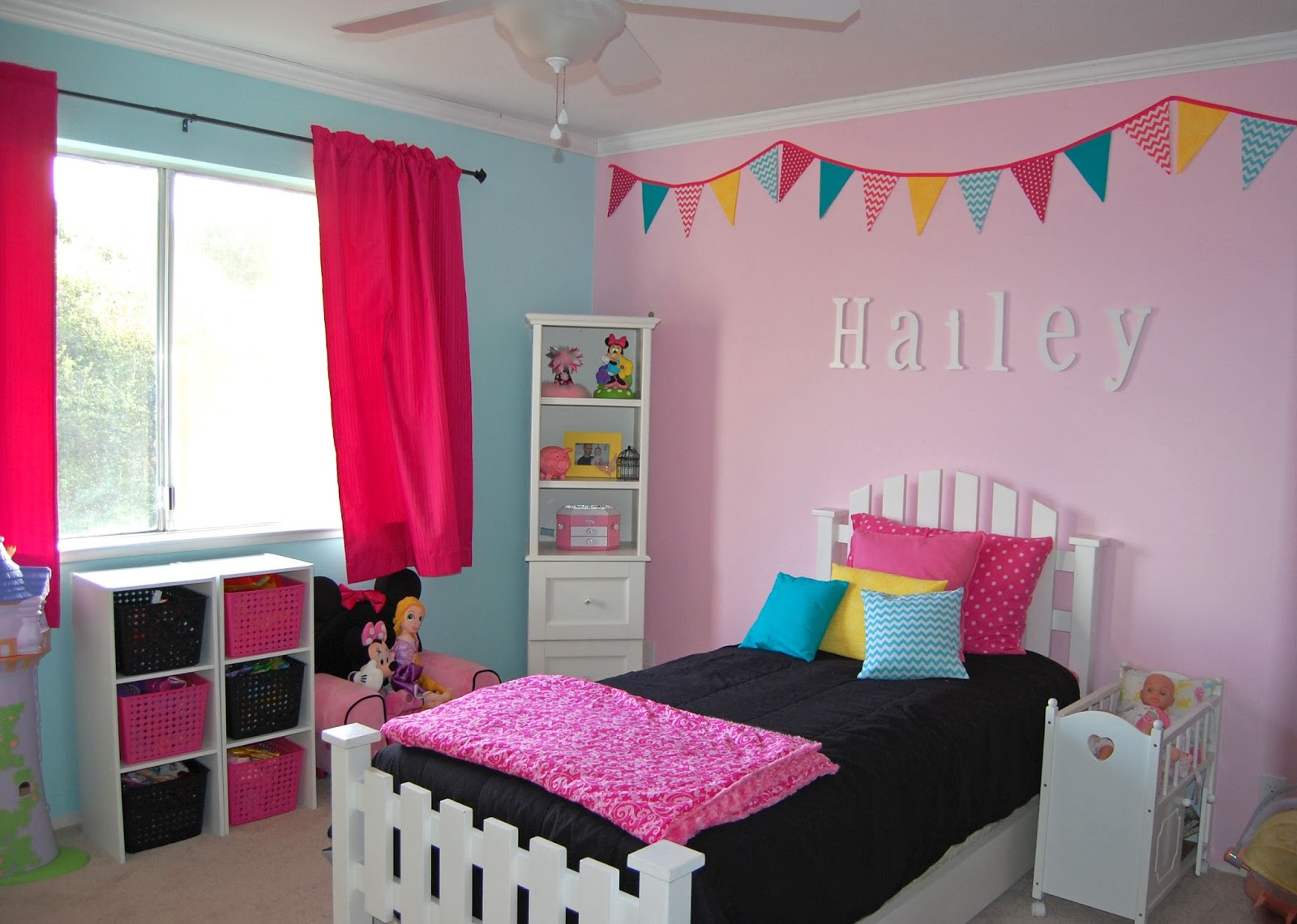 لون وردي فاتح في غرفة نوم الفتاة