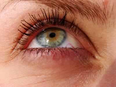 تعددت اسباب الانتفاخ اسفل العينين وكذلك هالة السواد حولهما، فما هي الاسباب  المؤدية لذلك؟؟ وكيف يمكننا التخلص من هذه الظواهر المزعجة؟