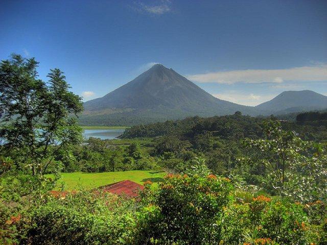 الأماكن السياحية Arenal-Volcano.jpg