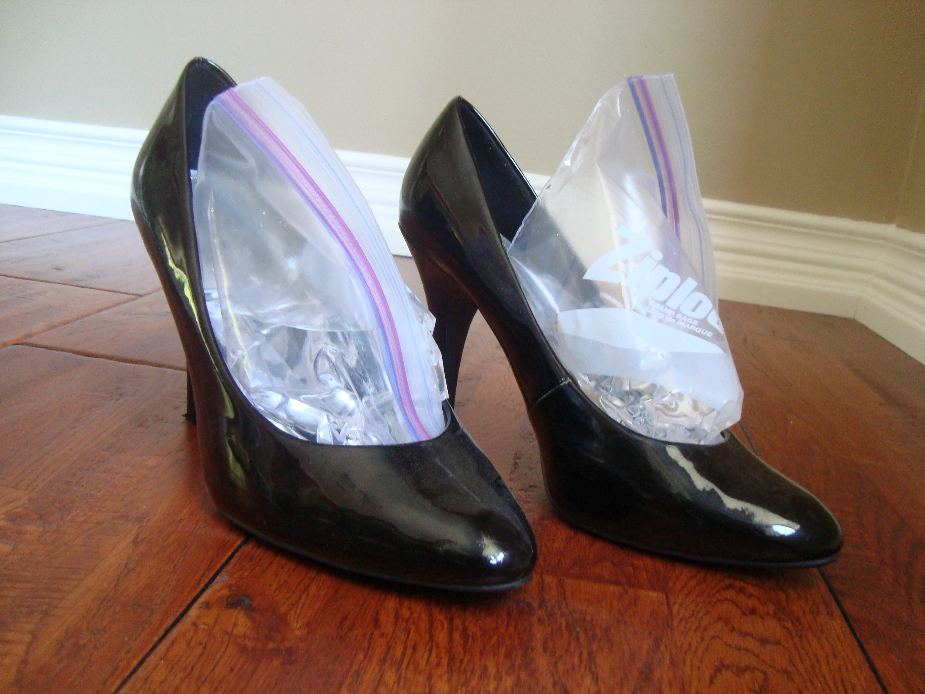 طرق توسيع الحذاء الضيق في المنزل