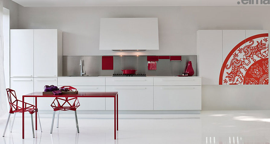 طاولة باللون الاحمر بالمطبخ المعاصر