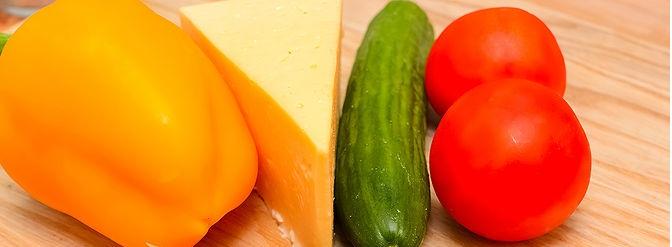 تقطيع الخضروات لعمل سلطة الذرة