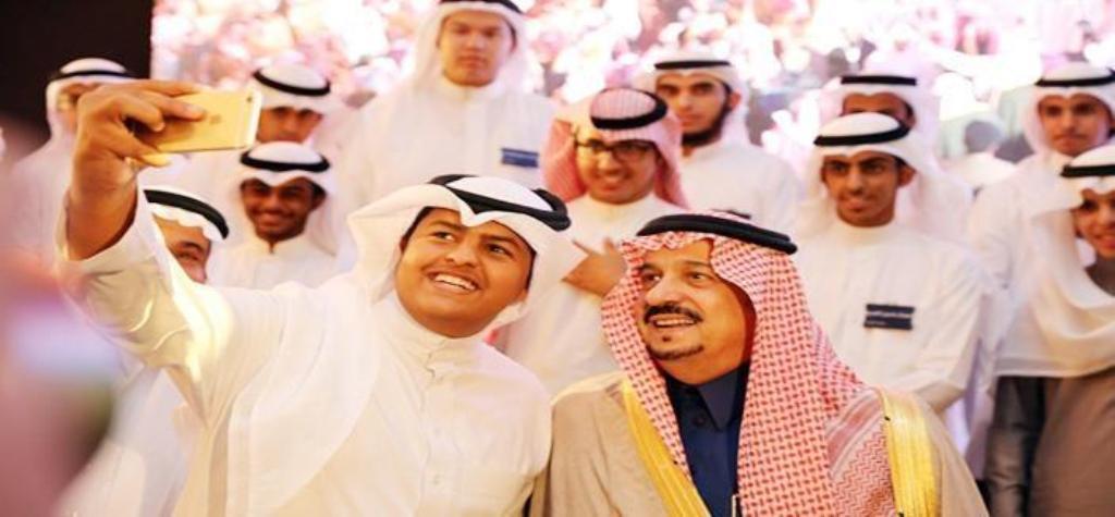 سيلفي للامير فيصل بن بندر ومجموعة من الشباب