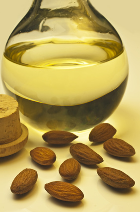 وصفات طبيعية لتفتيح الشفايف Almond-oil.jpg