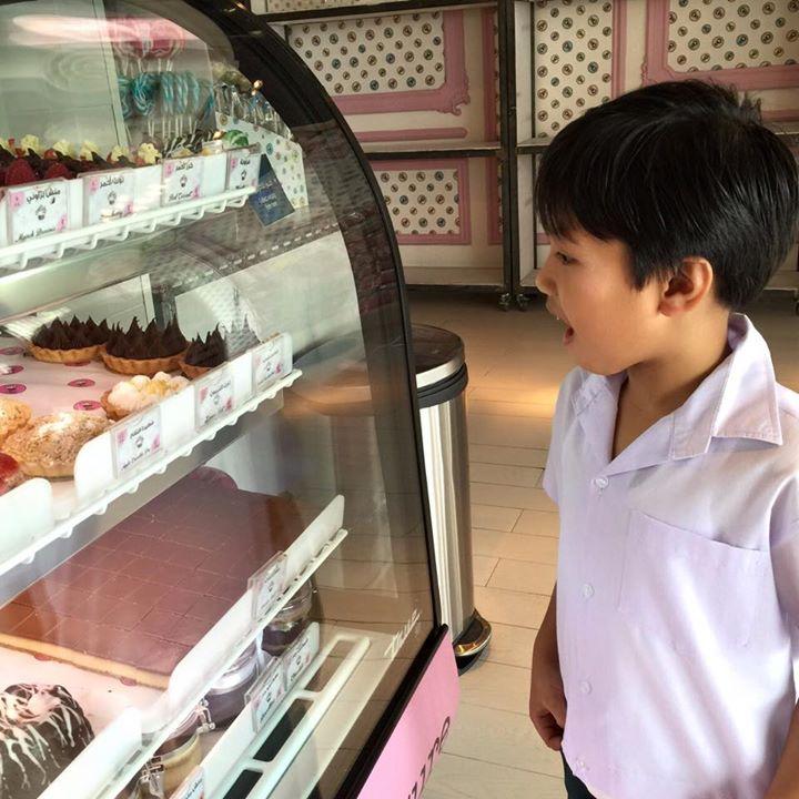 سعادة الاطفال تجاه حلويات منش