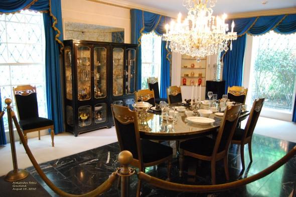 غرف طعام فاخرة جدا وكانها لقصر