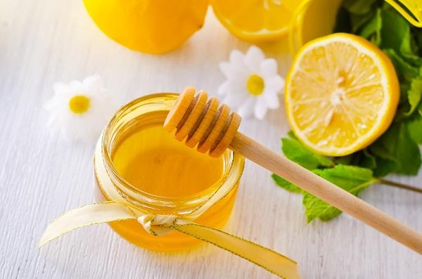وصفات طبيعية لتفتيح الشفايف Lemon-and-honey.jpg