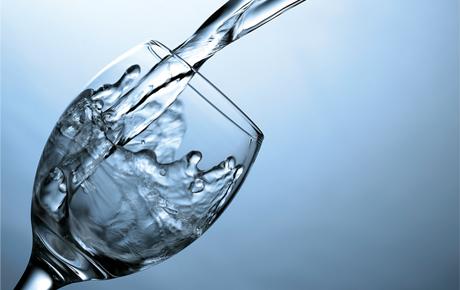 وصفات طبيعية لتفتيح الشفايف Water.jpg