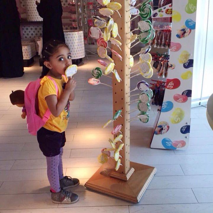 فتاة تستمتع بطعم حلويات مونش