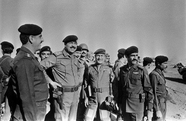 صورة صدام في ميدان المعركة في الحرب العراقية الايرانية