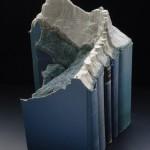 قطع فنية منحوتة على الكتب