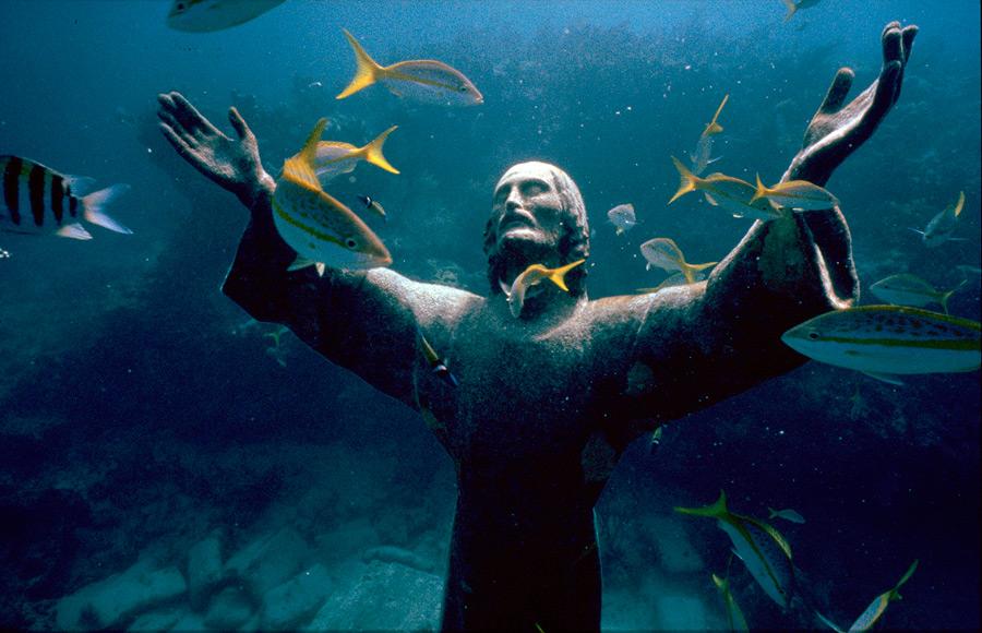 تمثال المسيح تحت الماء