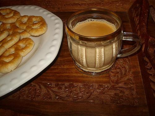تقيدم شاي كرك مع حلويات او معجنات كما تريدين