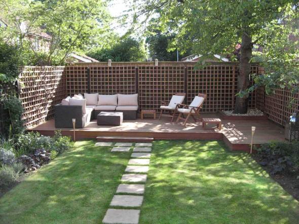 كنب وكراسي بحديقة المنزل الصغيرة