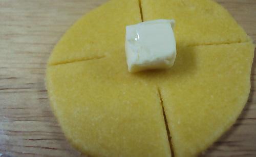 العجينة بشكل دوائر مع قطع الجبن بالوسط