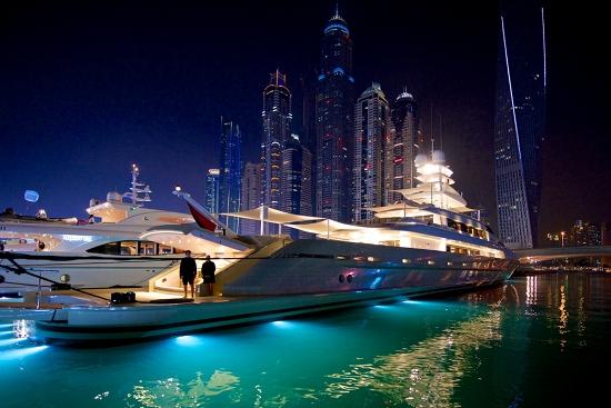 القوارب السريعة الفضية في معرض دبي الدولي للقوارب المرسال