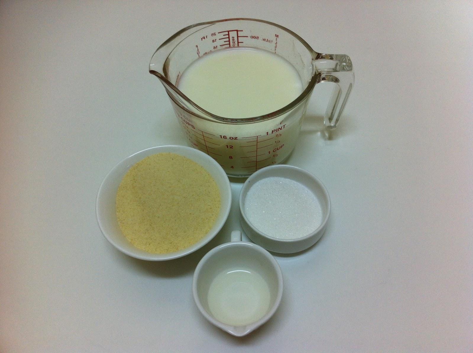 اخطلى الخميرة مع السكر والحليب في كوب واتركيها قليلا