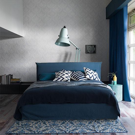 غرفة نوم محايدة بسرير أزرق   المرسال