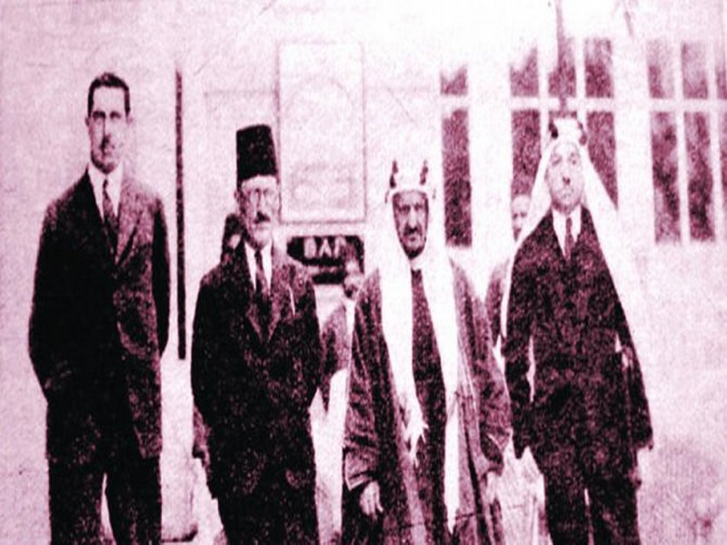 Sheikh Fawzan during the signing of a treaty of friendship and good neighborliness between Saudi Arabia and the Emirate of Transjordan