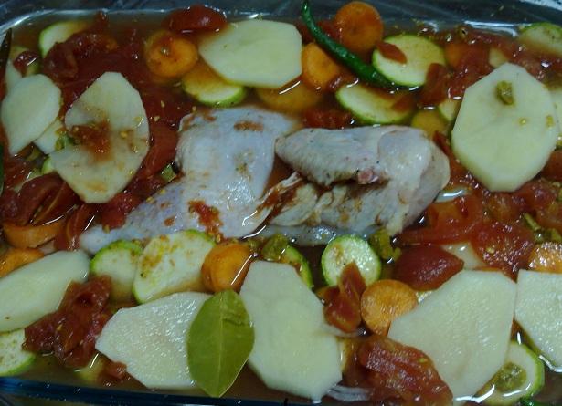 بعد اضافة عصير الطماطم ادخلى الصينية الى الفرن