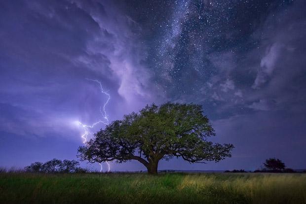 صور خلابة للسماء والفضاء والنجوم A-cloud-to-ground-li