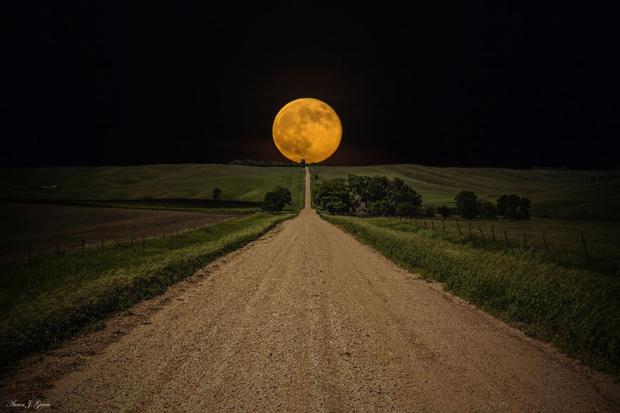صور خلابة للسماء والفضاء والنجوم Moon-with-Marfa-Texa