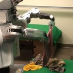 رجل آلي يغسل الملابس و يطويها