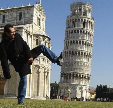 مصور مبتكر أنه يخبط برج بيزا المائل بأيطاليا