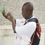 حاج افريقي يرمي الجمرات بالنبلة - 276462