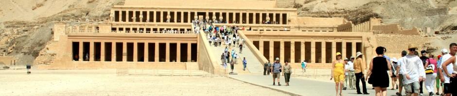 معبد حتشبسوت الجنائزي هي النقطة المحورية في الدير البحري