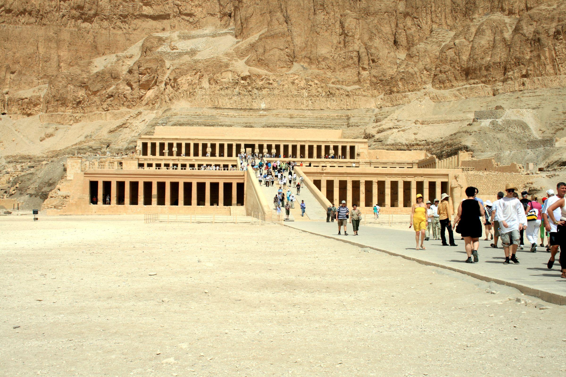 """""""الدير الشمالي"""" ومجمع المعابد الجنائزية ، والمقابر التي تقع على"""