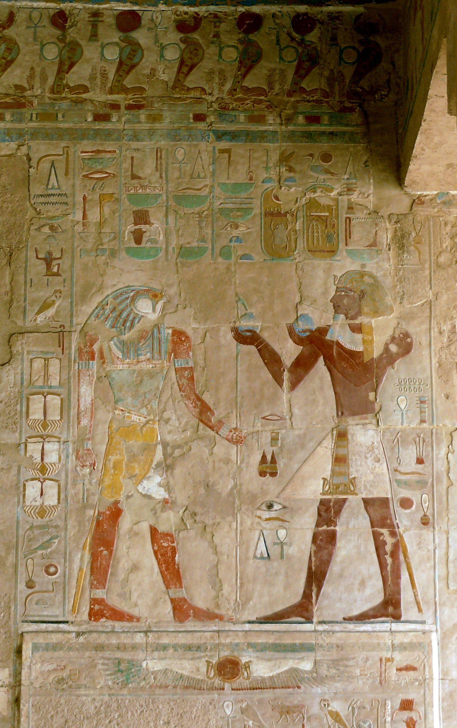 رع وآمون حيث انه يقع بجوار المعبد الجنائزي من منتوحتب