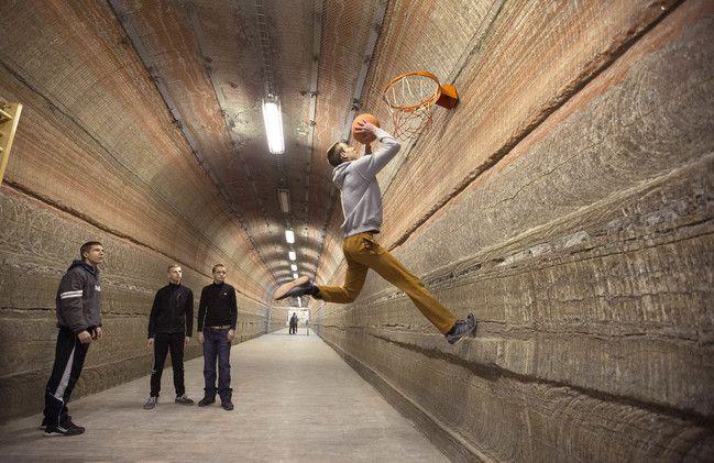 les enfants jouent le basketball
