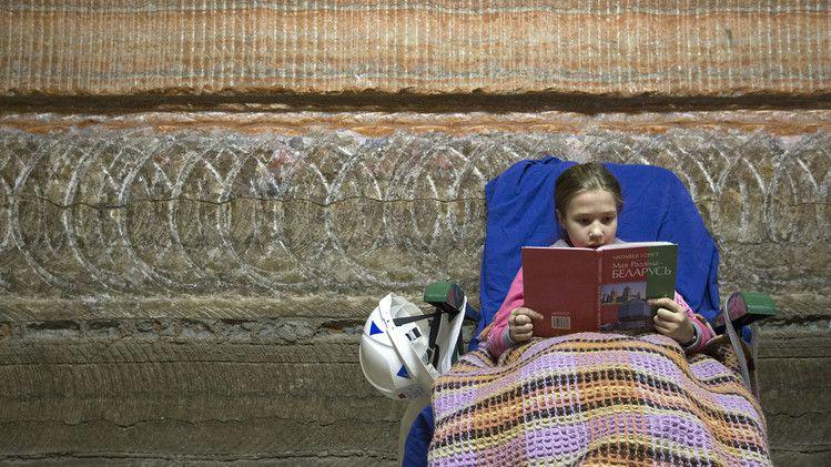 une fille lit un livre avant de dormir