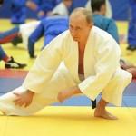 فيديو مضحك :  لاعبة جودو روسية تطرح الرئيس بوتين أرضاً