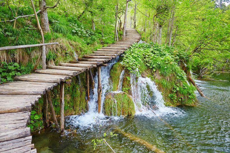 حديقة بليتفيتش الوطنية في كرواتيا بالصور The-park's-most-notable-features-are-the-16-interconnecting-lakes-that-are-divided-into-upper-and-lower-clusters