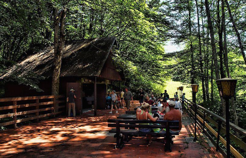 حديقة بليتفيتش الوطنية في كرواتيا بالصور Tourists-in-the-Plitvice-Lakes