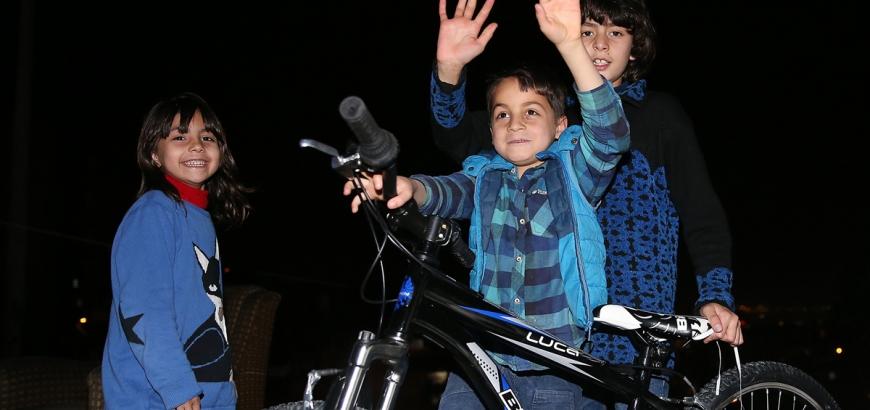 اهداء اردغان عجلة لطفل سوري