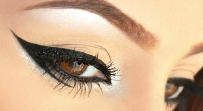 خطوات سهلة طريقة مكياج الريترو Eye-liner.jpg